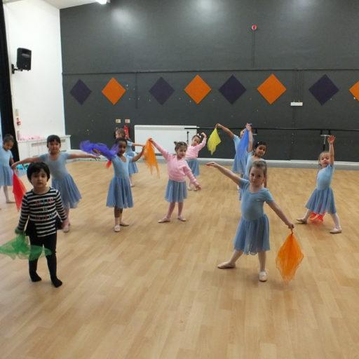 Ballet class tiny dancers' pause